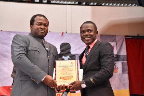 Dr Ayo Ogunsan receives his award!